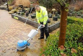 Comment nettoyer sa terrasse de manière écologique ?